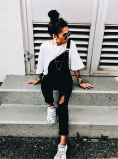 Sommer-Outfits: Jeans-Overall. Tennisschuhe weißes T-Shirt. White Summer Outfits, Spring Outfits, Winter Outfits, Outfit Summer, Black And White Outfits For Teens, Casual Summer Outfits For Teens, Black And White Style, Black Outfits, Summer Dresses