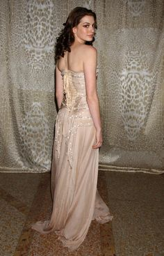 Anne Hathaway. Event: Gala Metropolitan Museum 2004. Couture: Roberto Cavalli.