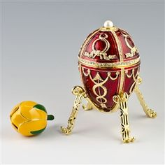 The Rosebud egg opens like a bonbonnière to reveal a yellow-enamelled rosebud, in which the two surprises were originally contained. The surprises are missing, but they were a golden crown, with diamonds and rubies, and cabochon ruby pendant.[2] The crown was a reference to Alexandra Fyodorovna's new role as Empress of Russia, following the ascension to the throne by her husband, Nicholas II of Russia.