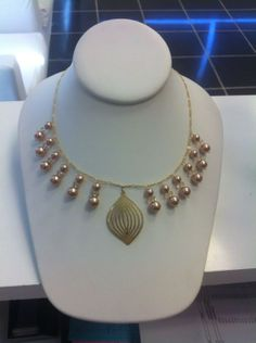 Collar oro laminado con perlas.