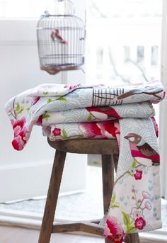 This beautiful Pip Studio Birds in Paradise hand towel features pink flowers, birds and birdcages on a white background. Luxuriously soft to touch this Pip Studio hand towel is made from c Pip Studio, Studio Bed, Guest Towels, Bath Towels, White Hand Towels, Luxury Bath, Cottage Style, Rose Cottage, Decoration
