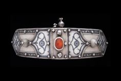 A very fine, well-designed high-quality silver belt buckle, displaying a large carnelian in the centre, and decorative niello patterns. Caucasus, 19th/20th