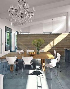 Table en chêne, verre de Murano et mobilier design pour une salle à manger très sophistiquée