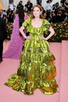Julianne Moore complemented her bright red hair with a bright green Valentino tiered ruffle dress at Met Gala. Bright Red Hair, Met Gala Red Carpet, Pink Carpet, Nice Dresses, Formal Dresses, Julianne Moore, Costume Institute, Lady Gaga, Ruffle Dress