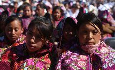 Mujeres indígenas escuchan la misa del papa Francisco
