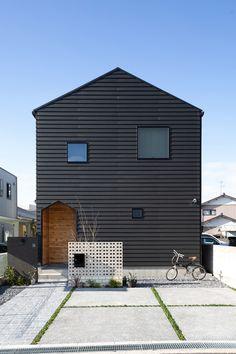 黒色のラップサイディングの外壁に、三角屋根の可愛いフォルムが印象的。ランダムに配置された正方形の窓がリズムを生み、遊び心をプラスした個性的でモダンなファサードとなりました。 House Roof, House Wall, Japanese Modern House, Japanese Style, Warehouse Home, Modern Barn House, Box Houses, Villa Design, Exterior House Colors