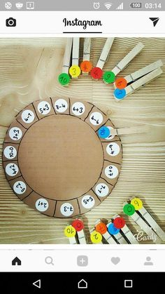 Adapt to any math equations. Answer key on the back of the plate. Colors/answers should be on both sides of the clothes pins Mehr zur Mathematik und Lernen allgemein unter zentral-lernen.de - My Pin Preschool Learning, Kindergarten Math, Teaching Math, Preschool Activities, Center Ideas For Kindergarten, Educational Activities, Math For Kids, Fun Math, Math Games