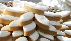 Voici une recette pour réaliser soi-même ses calissons d'Aix.  Le calisson d'Aix est l'un des treize desserts traditionnellement servis à Noël en Provence.. Voici la recette des calissons d'Aix réalisée par Julie du  Blog The Pink Lady
