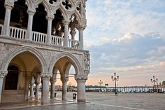 Venezianisches Zeitfenster der Ruhe - Reisen - derStandard.at › Lifestyle San Francisco Ferry, Louvre, Building, Travel, Crusaders, Venetian, Venice Italy, Tourism, Viajes