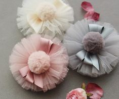 Cómo hacer bonitos accesorios con tul – El Cómo de las Cosas How to make beautiful accessories with tulle – The How of Things – Tulle Hair Bows, Tulle Poms, Diy Hair Bows, Baby Hair Clips, Baby Girl Headbands, Diy Ribbon, Ribbon Crafts, Cloth Flowers, Fabric Flowers