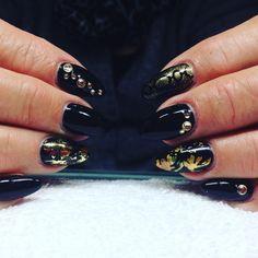 "4 Synes godt om, 1 kommentarer – Box of beauty (@boxofbeautydk) på Instagram: ""#blacknails #goldnails #blingbling"" Round Shaped Nails, Boxer, Bling, Round Wire Nails, Jewel, Boxer Pants"