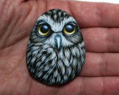 Pretty Owl Magnet Painted on a small Sea Pebble with Acrylics by Lefteris Kanetis - Rock Art Attack Painted Rock Animals, Painted Rocks Craft, Hand Painted Rocks, Pebble Painting, Pebble Art, Stone Painting, Rock Painting Ideas Easy, Rock Painting Designs, Owl Rocks