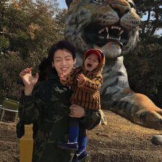 Cute Asian Babies, Korean Babies, Asian Kids, Jungkook Hot, Foto Jungkook, Beatles, Couple With Baby, Image Couple, Cute Babies Photography
