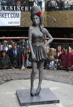 A voi piace Amy Winehouse ritratta così? Inaugurata a Londra la statua dedicata alla sfortunata popstar dallo scultore Scott Eaton - Non mi piace molto il volto, però non la trovo brutta, anzi.