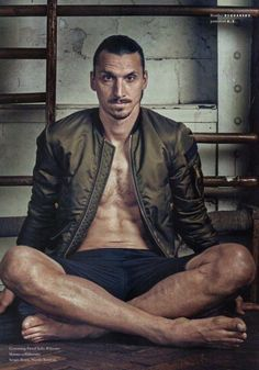 Footballer Zlatan Ibrahimovic wearing a bomber jacket. Soccer Guys, Soccer Stars, Basketball Teams, Football Players, We Are Manchester, Manchester United Football, I Am Zlatan, Gods Of The Arena, M Shadows