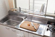 収納のプロによるアドバイスのもと、「片づけられない女」代表読者のお宅を劇的に片づけるこの企画。使いにくい汚キッチンを「料理しやすい美キッチン」に変化させるまでの様子をお届けします。今回は、具体的な収納テクやオススメの収納グッズをご紹介! キッチンの片づけに悩む人は要チェックです。 Kitchen Storage, Housekeeping, Kitchen Design, Sink, Interior, Room, Laundry, Home Decor, Kitchens
