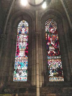 Vidrieras de los ventanales alargados de la Real Colegiata de Roncesvalles Stained glass windows of the elongated Royal Collegiate of Roncesvalles,
