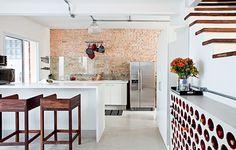 """O morador Phil Chaves transformou a casa de vila em um galpão de Nova York. """"Queria espaço amplo e uma cozinha que se relacionasse com toda a casa"""", diz. O ambiente, projetado pela arquiteta Rachel Nakata, tem adega de tijolos cilíndricos de cerâmica"""