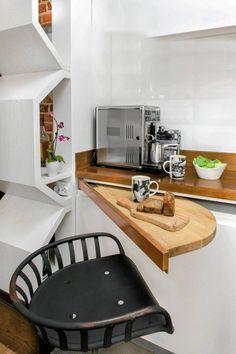 Wysuwany blat sprawdzi się w kuchniach, w których nie ma miejsca nawet na bardzo mały stolik (np. z szafkami przy trzech ścianach).