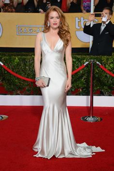 Isla Fisher brought the old Hollywood glamour to the SAG Awards in an Oscar de la Renta silver satin gown, emerald jewels, and a sleek Salvatore Ferragamo box clutch.