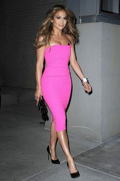 Tan, hot pink dress and black court stilettos. J.lo
