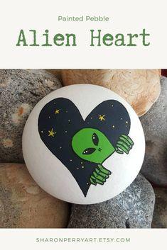 Alien Painting, Heart Painting, Pebble Painting, Pebble Art, Stone Painting, Rock Painting Ideas Easy, Rock Painting Designs, Halloween Rocks, Alien Art