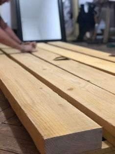 DIY - Comment fabriquer une table en bois robuste avec un petit budget ? Living Room Seating, Living Room Furniture, Fabrication Table, Diner Table, Bois Diy, Hanging Canvas, Tape In Hair Extensions, Salon Style, Diy On A Budget