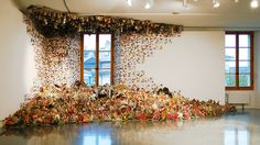 1100 libri per un immenso collage d'artista: è l'isola del Dottor Mastrovito!