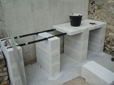 construction d'un barbecue sur mesure - Outdoor Kitchen Bars about you searching for. Outdoor Kitchen Plans, Outdoor Kitchen Countertops, Backyard Kitchen, Concrete Kitchen, Outdoor Kitchen Design, Tile Countertops, Kitchen Tile, Pizza Oven Outdoor, Outdoor Cooking