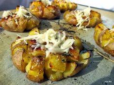 Brambory pečené s rozmarýnem a sýrem 10 menších brambor 1/4 čajové lžičky kmínu 2 - 3 polévkové lžíce olivového oleje 1 čajová lžič...