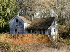 13 Creepiest Old Houses in America [Photo Gallery] Creepy Old Houses, Old Abandoned Houses, Abandoned Castles, Abandoned Buildings, Abandoned Places, Houses In America, Old School House, Old Farm Houses, Old Buildings