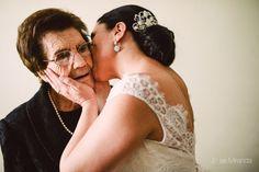 Rosa besando a su madre.