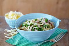 Her er en kjapp og god pastaoppskrift med skinke og erter. Server gjerne denne middagen sammen med nystekte hvitløksbrød.