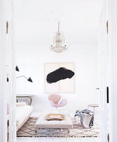 Ja tack, en rosa svan skulle passa perfekt i vårt vardagsrum. pics: Raul Candalesvia vogue living australiafound...
