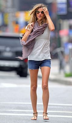 Gisele Bundchen Photos - Gisele Bundchen and her friends have trouble hailing a cab after eating lunch at Extra Virgin in the West Village. - Gisele Bundchen with Friends in the West Village Gisele Bundchen, Short Outfits, Cool Outfits, Casual Outfits, Estilo Cool, Fashion Looks, Summer Chic, Soft Summer, Classy Women