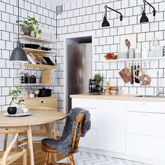 Do you love interior design and wish that you could turn your home-decorating visions into gorgeous. Interior Design Tips, Interior Design Kitchen, Interior Design Inspiration, Kitchen Inspiration, Kitchen Dinning, Kitchen Decor, Sweet Home, Cocinas Kitchen, Ideas Hogar