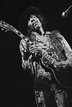 Jimi Hendrix jouant sur une guitare gibson - IMAGE RARE POUR LUI QUI JOUAIT SUR UNE FENDER