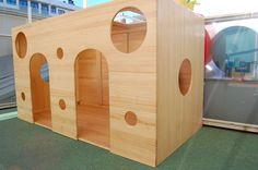 Caseta de fusta de pi. Té dues portes, dues finestres al sostre i diverses finestres als laterals perquè els infants puguin entrar, sortir, mirar, saludar...
