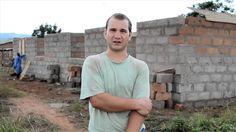 Hast du Lust körperlich aktiv zu werden und im Ausland mit anzupacken? Dann ist unser Hausbau-Projekt in Ghana genau das richtige für dich. Unser Freiwilliger Franz berichtet in diesem Video anschaulich von seinen Erlebnissen und seinem Tagesablauf in Akuapem Hills. Mehr Infos unter: http://www.projects-abroad.de/ziellander/ghana/hausbau-in-ghana/