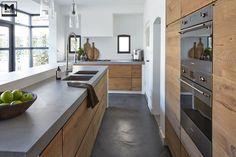 Comptoir en béton j'aime beaucoup. Keuken betonstuc&hout |http://www.molitli-interieurmakers.nl/project/keuken-betonstuchout/