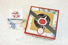 Eine handgebastelte Tortenschachtel für eine (Sacher-)Torte (Durchmesser 20 cm). Gebastelt mit Bastelwerkzeugen von Stampin'Up! Die Torte in der Tortenschachtel und die Glückwunschkarte sind ein Geburtstagsgeschenk zum 75. Geburtstag.