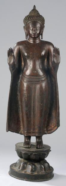 Buddha debout en abayamudra. Bronze à patine brune. Cambodge. De style post Khmer. 19 ème siècle. Hauteur 67 cm - 11,800 eu