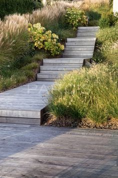 Villengarten mit üppiger Bepflanzung - PARC'S Gartengestaltung #gräser #pennisetum #miscanthus #hydrangea #hortensien #holztreppe