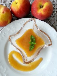 Peach coulis without cooking. A sweet sauce perfect to complete and accompany your favourite sweets. Salsa Dolce, Sweet Sauce, Dessert Recipes, Desserts, The Dish, Cantaloupe, Pear, Tasty, Sweets