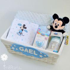Cesta bebé recién nacido con Mickey o Minnie. Una bonita canastilla de nacimiento con un pelele y otros regalitos que les encantarán. Si quieres verla con detalle haz clic en la foto y si te apetece ver más regalos de nacimiento con estos entrañables personajes de Disney haz clic en https://mibbtarta.es/etiqueta-producto/regalos-de-bebe-disney/  #tartadepañales #tartasdepañales #tartaspañales #canastilla #babyshower #regalobebe #bebe #diapergift #regaloreciennacido #Disney #Mickey #Minnie