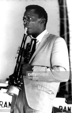 Jazz trumpeter Miles Davis performs onstage circa 1960 in New York. Jazz Artists, Jazz Musicians, Wayne Shorter, Man Of Mystery, Bill Evans, Herbie Hancock, Kind Of Blue, People Icon, Miles Davis