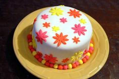 fondant flower cake... Fondant Flower Cake, Flower Cakes, Flower Cake Design, Birthday Cakes, School, Desserts, Food, Tailgate Desserts, Deserts