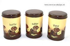 Brabantia Blikken. Koffie, Thee, Suiker  Drie originele vintage voorraadblikken van Brabantia met het bekende beige bruin bloemenpatroon. Het koffie-, thee- en suikerblik zijn 16 centimeter hoog en 11 centimeter in doorsnee.  De blikken verkeren in een zeer goede staat.  zie: http://www.retro-en-design.nl/a-41568801/vintage/brabantia-blikken-koffie-thee-suiker/
