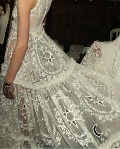 Moon wedding dress by Alexander McQueen bridal Alexander Mcqueen, Mcqueen 3, Wedding Trends, Wedding Styles, Wedding Ideas, My Sun And Stars, Dress Vestidos, Boho Stil, Looks Style