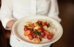 Frühlingsofengemüse mit Basmatireis (vegan, mit Frühlingszwiebeln).   Mehr von tibits gibts auf: - https://www.facebook.com/tibits.ch - https://twitter.com/tibitsCH  Wir freuen uns auf euren Besuch! :D